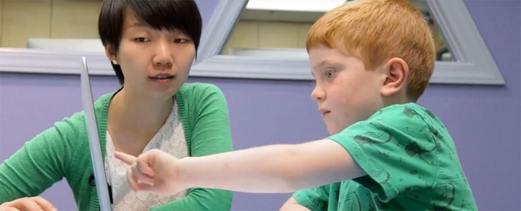 Crianças apontam qual lado da tela tem mais bolinhas (Foto: Reprodução/Youtube)