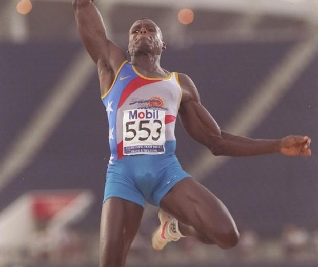 Carl Lewis salta durante a Olimpíada de Atlanta, em 1996 (Foto: Getty Images)