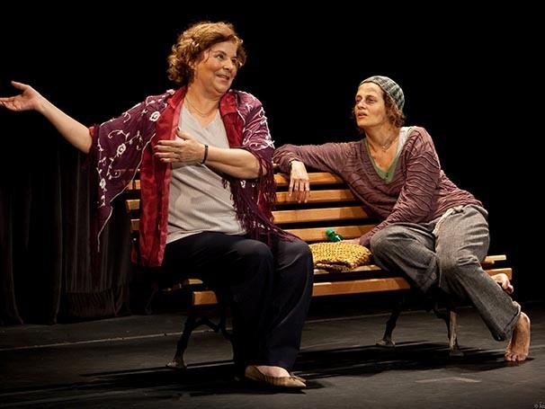 """""""Chorinho"""" se passa na praça de uma grande cidade, onde duas mulheres se encontram (Foto: Divulgação)"""