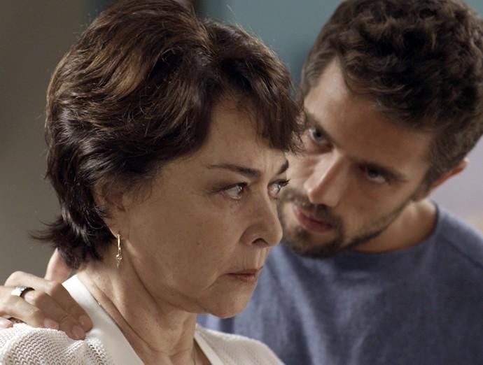César tranquiliza a tia e promete vingança (Foto: TV Globo)