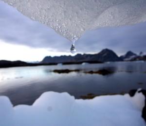 Foto mostra o derretimento de geleria no Ártico. Para o IPCC, a cobertura de gelo do Ártico vai continuar diminuindo até o final do século (Foto: AP Photo)