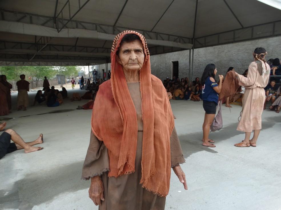 A aposentada Euflausina já caracterizada para participar a Paixão de Cristo (Foto: Joalline Nascimento/G1)