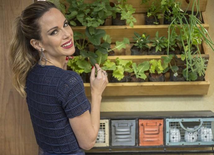 Ana Furtado na horta do É de Casa (Foto: Renato Rocha Miranda/TV Globo)