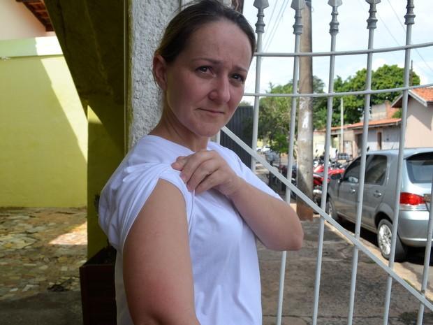Renata Torin, de 34 anos, está com dengue e continuará a usar repelentes para se proteger (Foto: Claudia Assencio/G1)