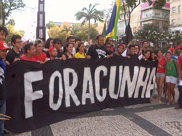 Manifestantes pedem a saíde do deputado Eduardo Cunha da presidência da Câmara (Foto: TV Verdes Mares/Reprodução)