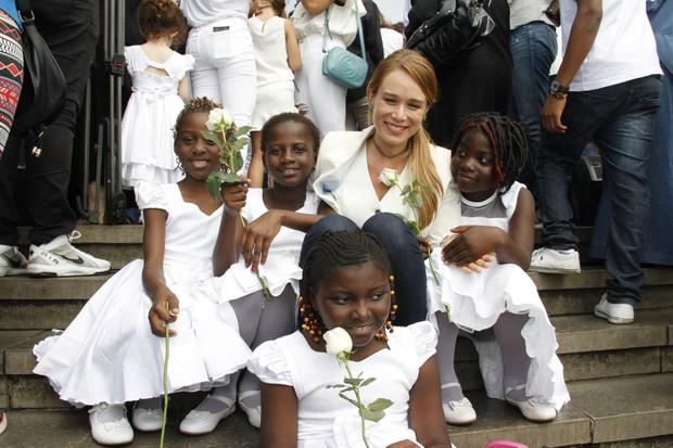 Mariana Ximenes participa de evento com crianças refugiadas (Foto: Marcos Ferreira / EGO)