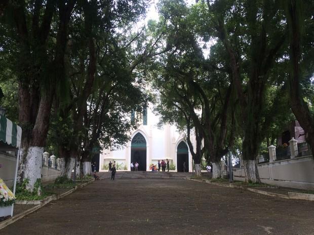 Corpos foram enterrados no Campo Santo na manhã desta terça-feira (Foto: Natally Acioli/ G1 BA)