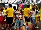 Pérola Faria chama a atenção por pernas torneadas em evento