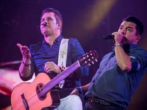 'Por um minuto' foi cantada em coro pelo público que lotava a Arena de Barretos (Foto: Mateus Rigola/G1)