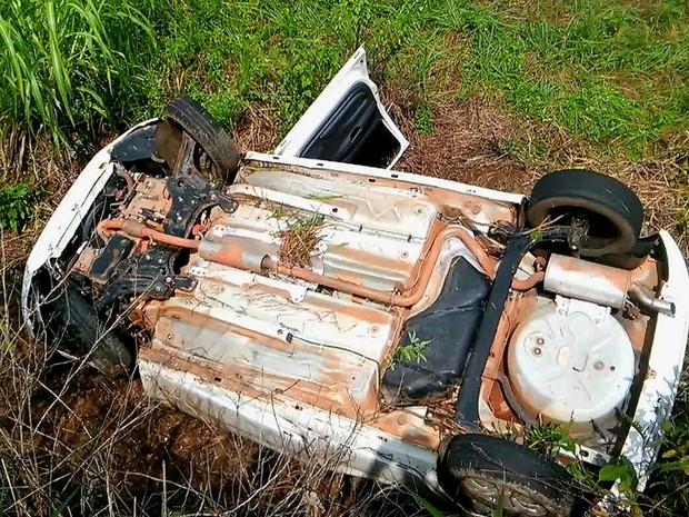 Carro copotou após condutor perder controle da direção (Foto: Balanço Notícias/ Reprodução)