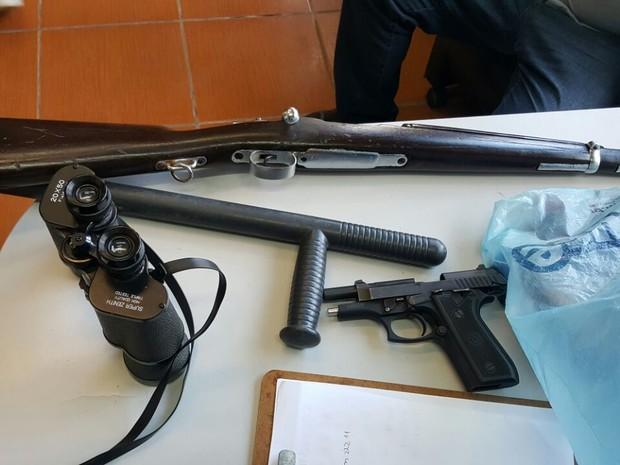 Armas foram apreendidas em carro e com o suspeito (Foto: Polícia Civil/Divulgação)
