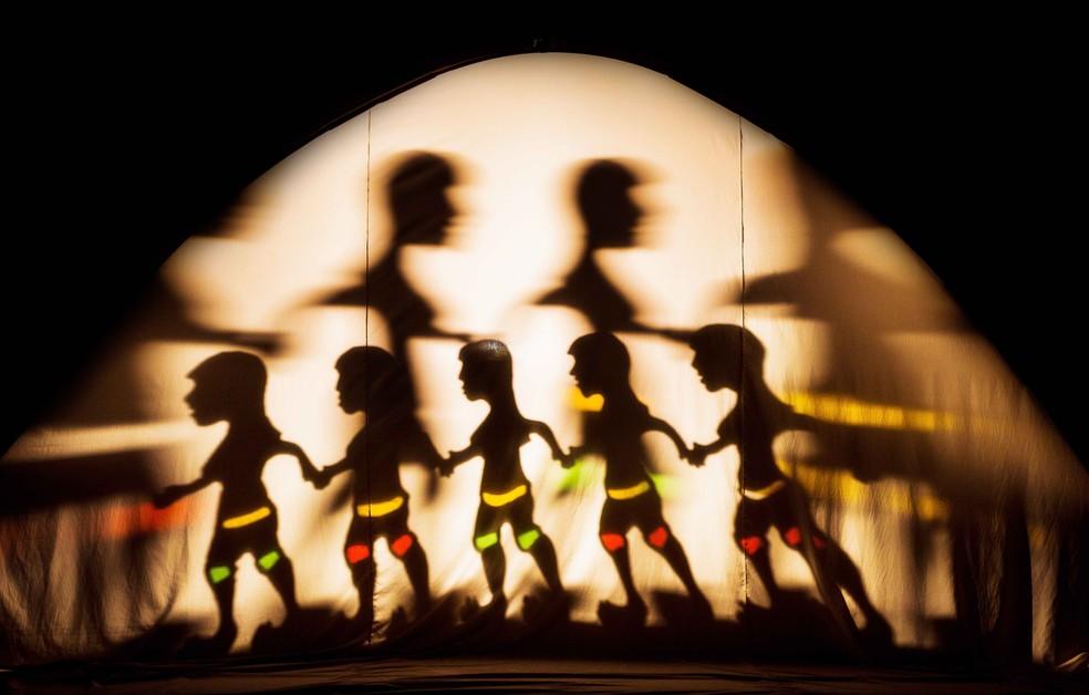 Na peça, a natureza mística ganha vida por meio das luzes e das sombras projetadas (Foto: Diego Bresani/Divulgação)