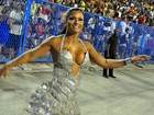 Dani Sperle usa vestido decotado para cruzar a Marques de Sapucaí