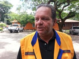 Secretário Henrique Oliveira mostra preocupação com moradores da Baixada Campista (Foto: Júnior Marins/ InterTv RJ)