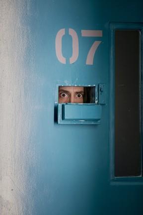 Nicolas Travijano como Padre Nando em uma das celas de Supermax (Foto: Globo/Caiuá Franco)