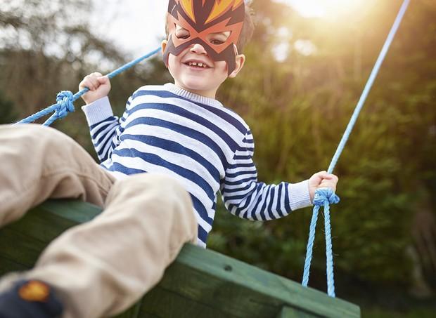 Especialistas apontam que brincar de balanço ajuda as crianças a trabalharem em equipe (Foto: Getty Imagens)
