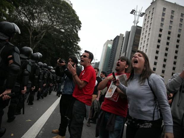 Sob vaias, policias do Choque chegam à manifestação contra o governo Temer neste domingo (Foto: Fábio Tito/G1)