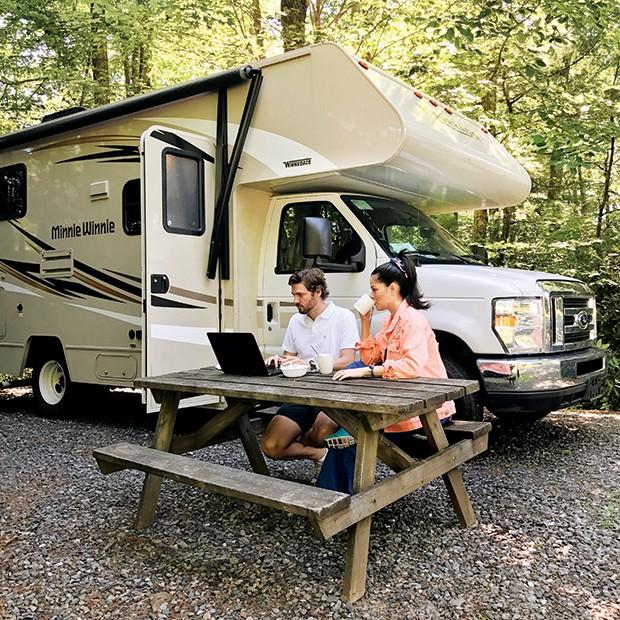 Numa paradinha estratégica na Virgínia, a influencer e seu marido, Antônio, ficaram no Raccoon Holler Campground, um dos campings mais bonitos dos EUA (Foto: .)