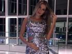 Grávida, ex-BBB Adriana usa vestido sexy com recortes estratégicos