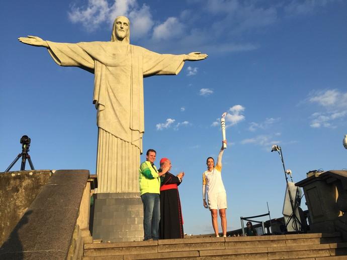 Isabel recebe a chama no Cristo Redentor; Olimpíada (Foto: Zeca Azevedo)