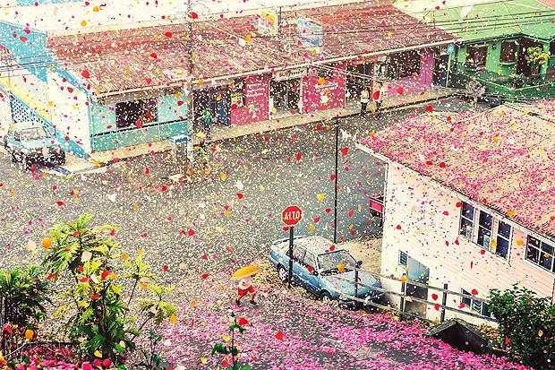 Pequena vila na Costa Rica foi coberta de pétalas (Foto: Nick Meek )