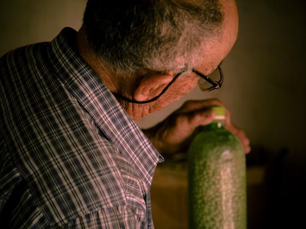 Seu Dodô mostra milho das 'Sementes da Paixão' que foi plantado em Desterro, na PB (Foto: Fernanda Rappa/Divulgação)