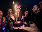Camila Queiroz comemora aniversário de 22 anos em boate carioca