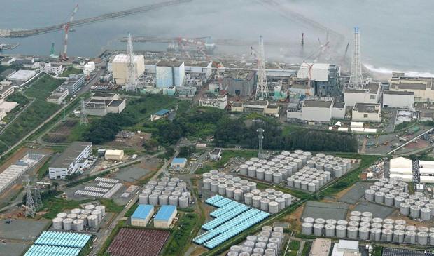 Vista áerea da usina de Fukushima, em foto de arquivo feita no dia 20 de agosto, mostra os tanques com água contaminada na parte inferior da imagem. (Foto: Kyodo/Arquivo/Reuters)