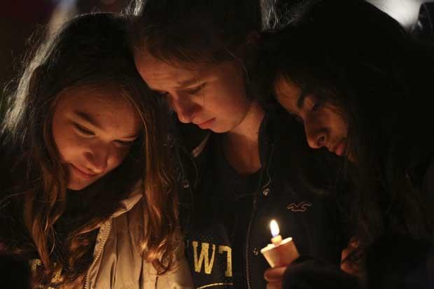 Crianças partiicpam neste domingo (16) de homenagem às vítimas do massacre na escola Sandy Hook, em Newtown, Connecticut (Foto: AP)