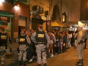 Políciais durante a fiscalização no Centro de Porto Alegre (Foto: Brigada Militar/Divulgação)