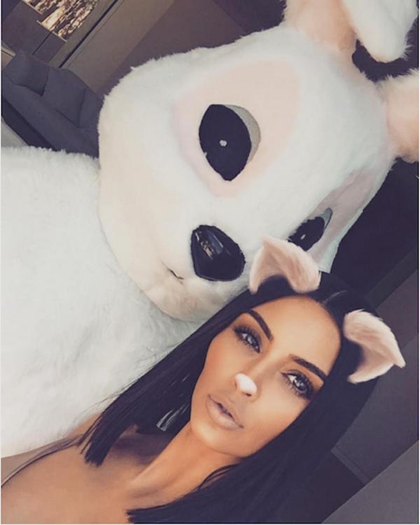 Kim Kardashian ao lado do marido vestido de Coelho da Páscoa (Foto: Instagram)