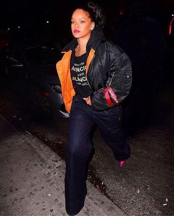 Riahanna veste sua jaqueta de nylon oversized (Foto: Reprodução Instagram)