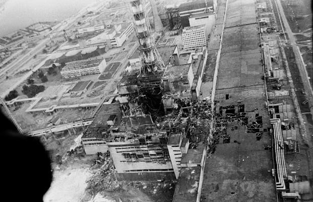 Usina de Chernobyl, daniifcada após a explosão, em foto de maio de 1986 (Foto: AP)