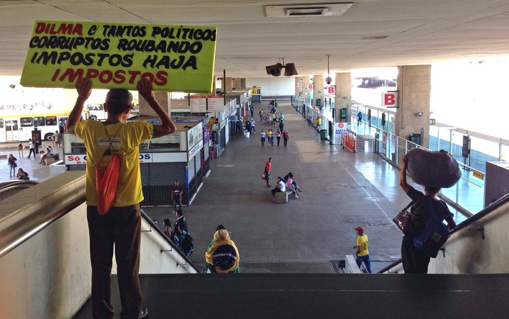 A Rodoviária, no centro da capital federal, concentra poucos manifestantes. A maioria passa pelo local a caminho da Esplanada dos Ministérios. Também são minoria os que chegam de ônibus ou metrô.