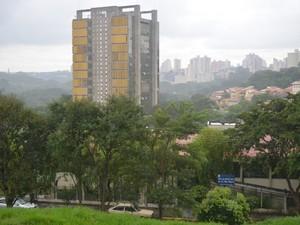 Prédio da Prefeitura de Piracicaba fica à poucos quarteirões de creche com problemas (Foto: Luiz Felipe Leite/G1)