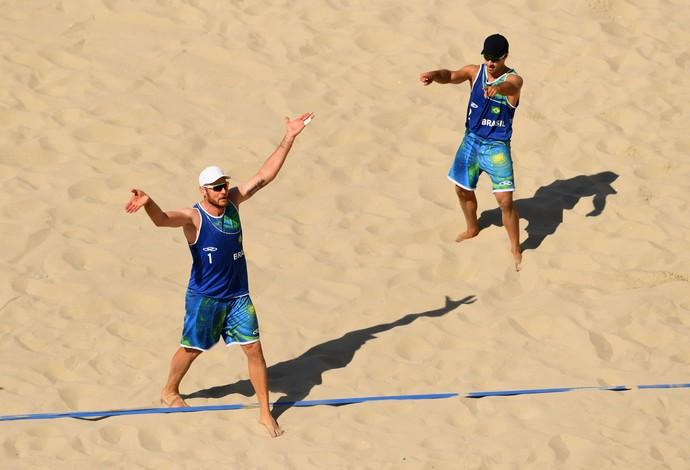 Brasileiros Alison e Bruno vencem Canadá no vôlei de praia