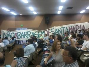 Grupo contrário à obra estendeu faixa durante audiência - Piracicaba (Foto: Fernanda Moraes)