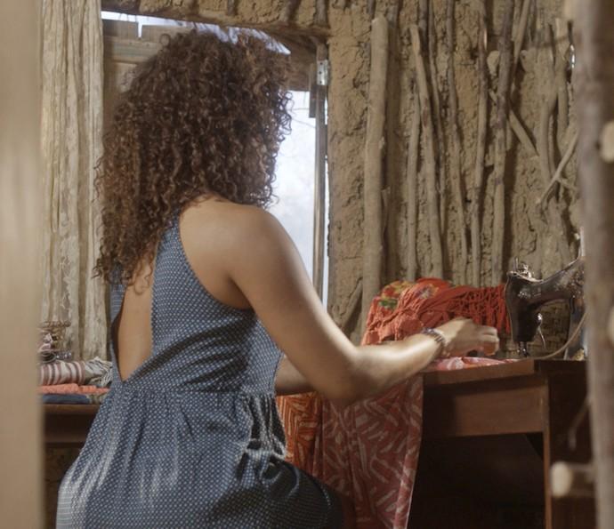 Dora usa nova máquina de costura  (Foto: TV Globo)
