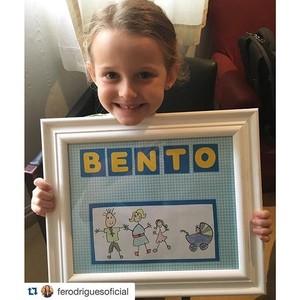 Luiza, filha de Fernanda Rodrigues, mostra quadro com nome do irmão (Foto: Arquivo pessoal)