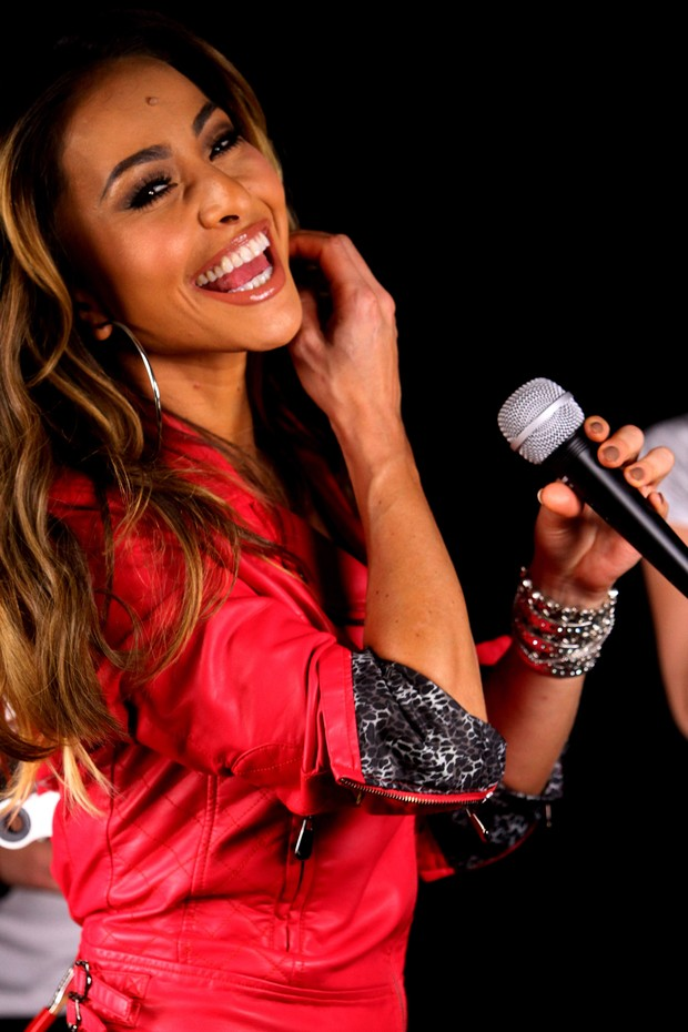 Sabrina Sato encarna cantora e DJ em campanha (Foto: Leonardo Franco  / agnews)
