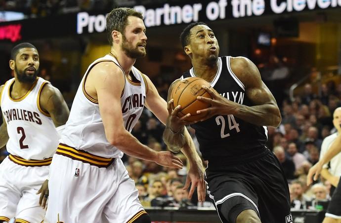 Kevin Love, na marcação, foi um dos destaques do Cleveland (Foto: Reuters)