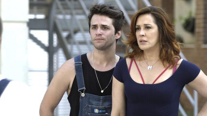 Salete não acredita na história que Gustavo conta (Foto: TV GLobo)