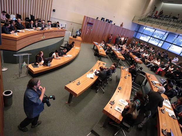 Plenário da Câmara durante sessão da CPI da Saúde da Câmara Legislativa, que ouviu nesta quinta-feira (21) a presidente do SindSaúde, Marli Rodrigues, e o vice-governador Renato Santana (Foto: Rogaciano José/CLDF/Divulgação)