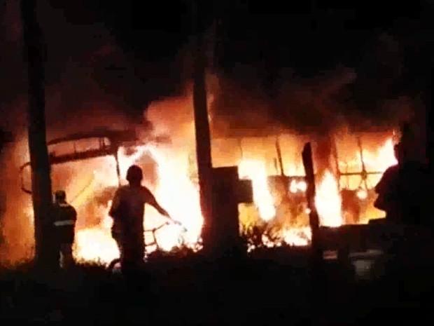 Bombeiros tiveram dificuldades para controlar chamas (Foto: Aplicativo TEM Você)