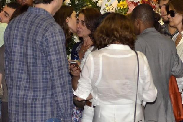 Claudia Montenegro é beijada por Isabel Wilker (Foto: Roberto Teixeira/EGO)