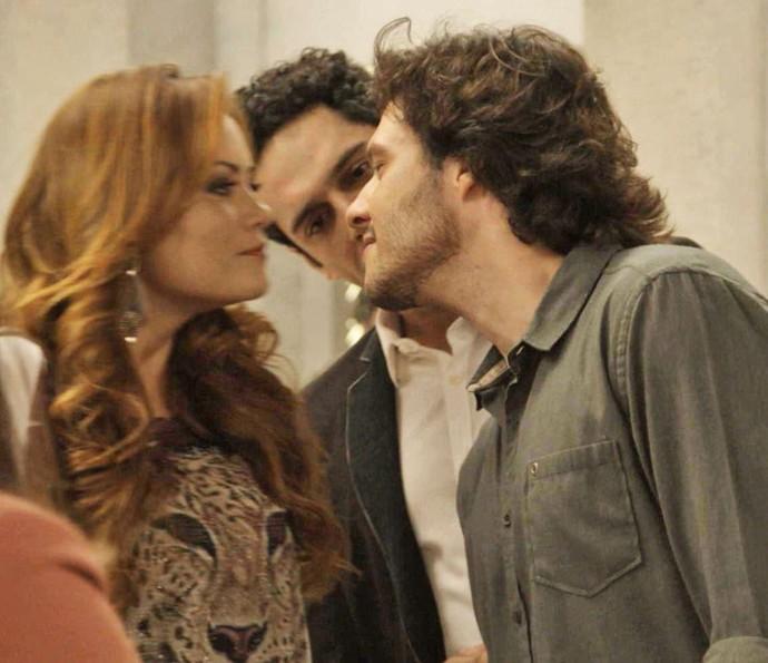 Leonora e Henrique dão selinho depois que Beto estranha a distância entre os dois (Foto: TV Globo)