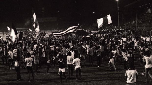 Torcida da Desportiva Ferroviária festeja o título do Campeonato Capixaba de 1980 (Foto: Josema-Magnago)