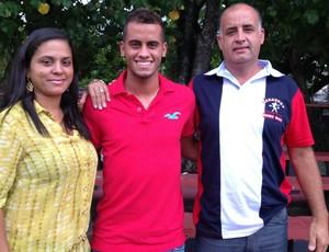 Rodolfo, meia do Flamengo, com os pais.  (Foto: Divulgação / Fair Play Assessoria)