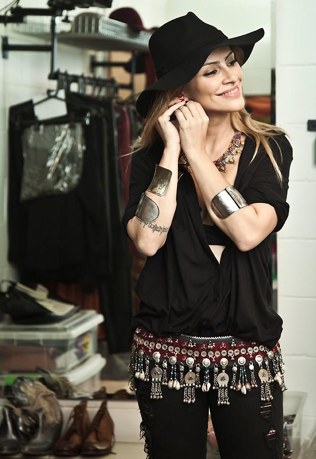 O estilo de Bianca combina muito com o de Cleo, que adora chapéus e botas e prefere roupas de tons escuros, como preto, azul-marinho, cinza e marrom (Foto: Marcelo Corrêa/Revista QUEM)