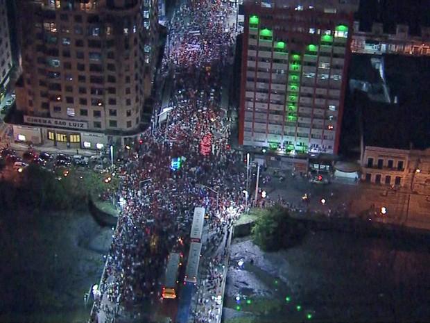 Manifestação a favor da presidente Dilma e do ex-presidente Lula passa pela Ponte Duarte Coelho, na região central do Recife, nesta sexta-feira (18) (Foto: Reprodução/TV Globo)